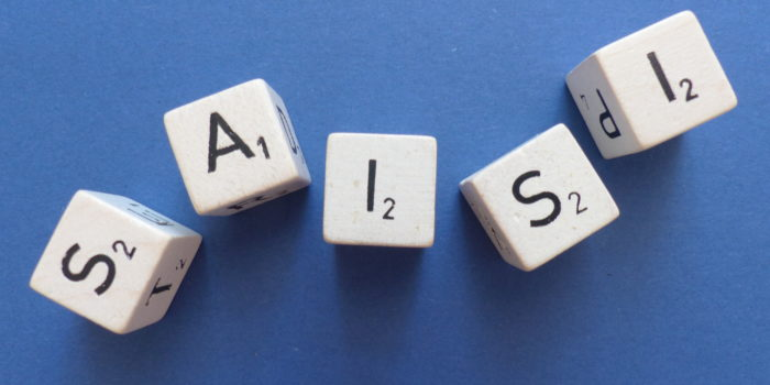 Boggle-stenen die het woord Saisi laten zien, als symbool voor het dyslexie-programma van de Davis-methode.