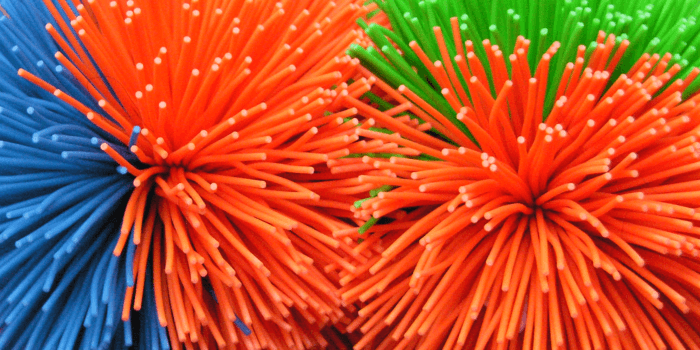 """Deze kleurrijke kooshballs of """"haarballetjes"""" worden tijdens de begeleiding van Saisi gebruikt."""
